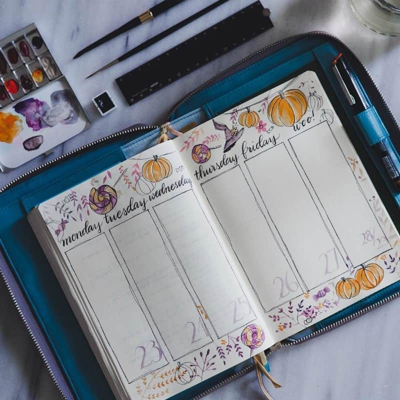 Bullet Journal halloween theme for October, weekly spreads and layout by @jannplansthings
