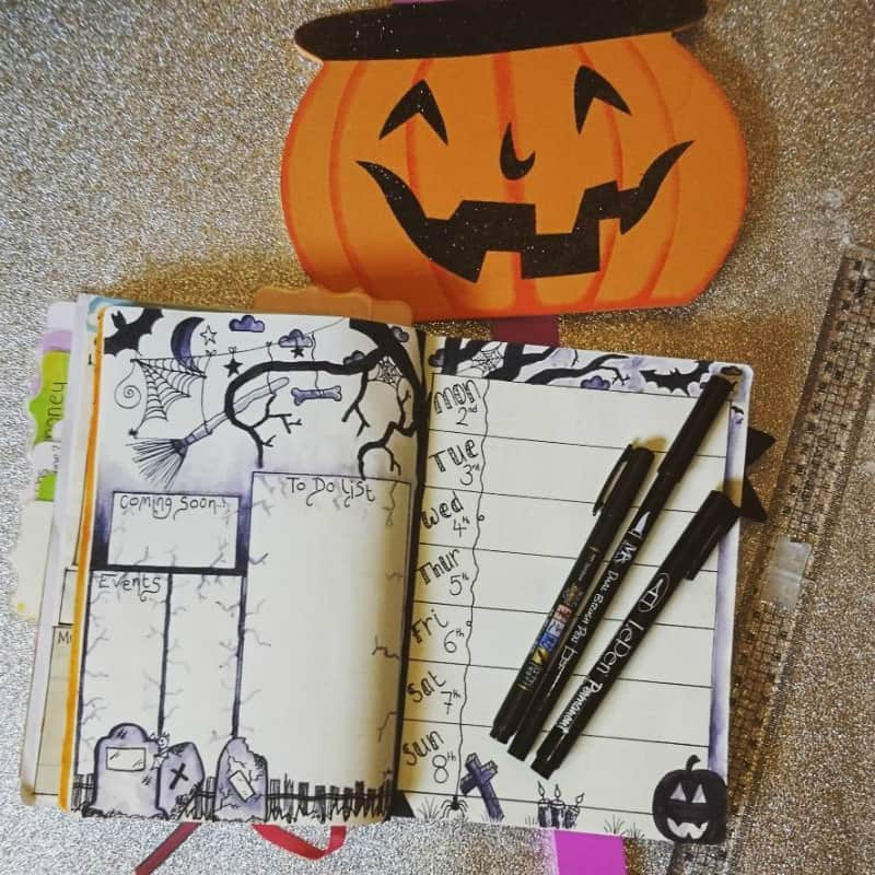 Halloween themed bullet journal spreads for October, weekly log, spread by @kraftykerri